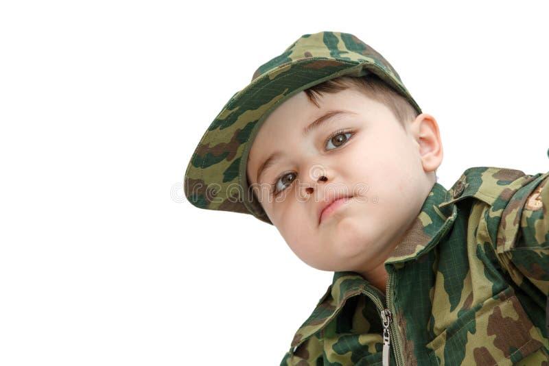 Wenig kaukasischer Junge in der Milit?rkleidung lokalisiert auf hellem Hintergrund lizenzfreies stockfoto