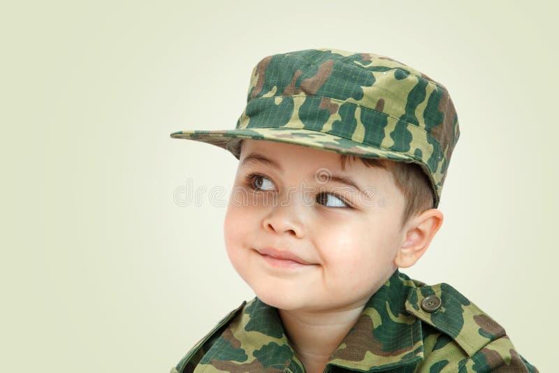 Wenig kaukasischer Junge in der Milit?rkleidung lokalisiert auf hellem Hintergrund stockfotos