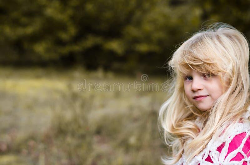Wenig Kind mit langem Porträt des blonden Haares stockfotos