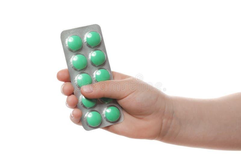 Wenig Kind mit Pillen auf weißem Hintergrund Gefahr der Medikamentintoxikation lizenzfreies stockfoto