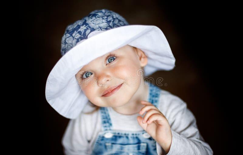 Wenig Kinderbabylächeln Sch?tzchen in einem Hut Lächelnde Nahaufnahme des Babys Gl?ckliches zwei Einjahresm?dchen stockfoto
