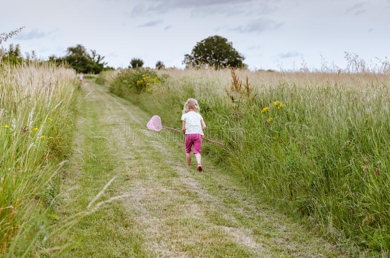 Wenig Kinderfangende Schmetterlinge lizenzfreie stockfotos