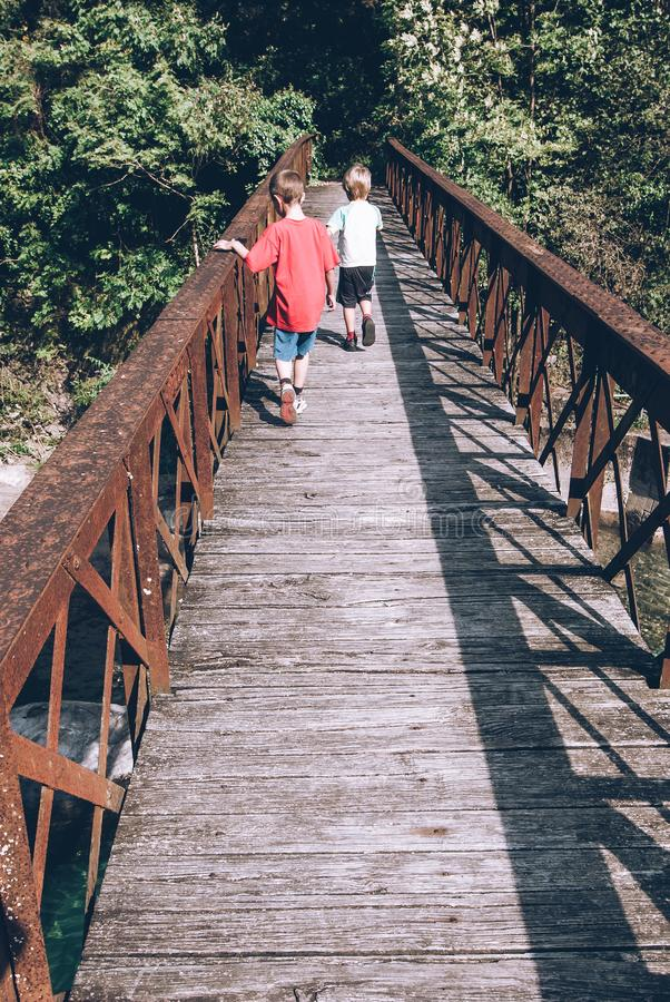 Wenig Kinderfreunde auf den sensorischen Verbindungen der Brücke stockbilder