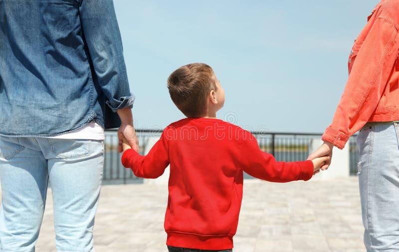 Wenig Kinderh?ndchenhalten mit seinen Eltern Vater und Kinder mit Fahrr?dern lizenzfreies stockfoto
