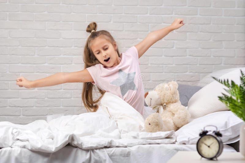 Wenig Kinderm?dchen wacht vom Schlaf auf lizenzfreie stockfotos