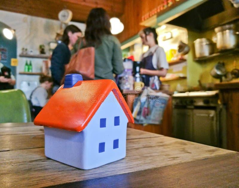 Wenig kleines weiches Spielzeughausmodell in einem angenehmen Restaurant stockfoto