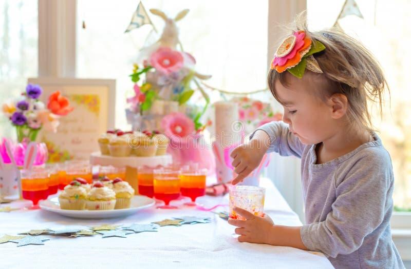Wenig Kleinkindmädchen, das Nachtisch isst lizenzfreie stockfotografie