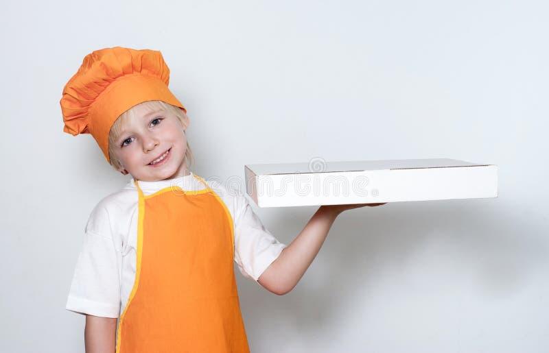 Wenig Koch mit einem Kasten für Pizza lizenzfreies stockbild