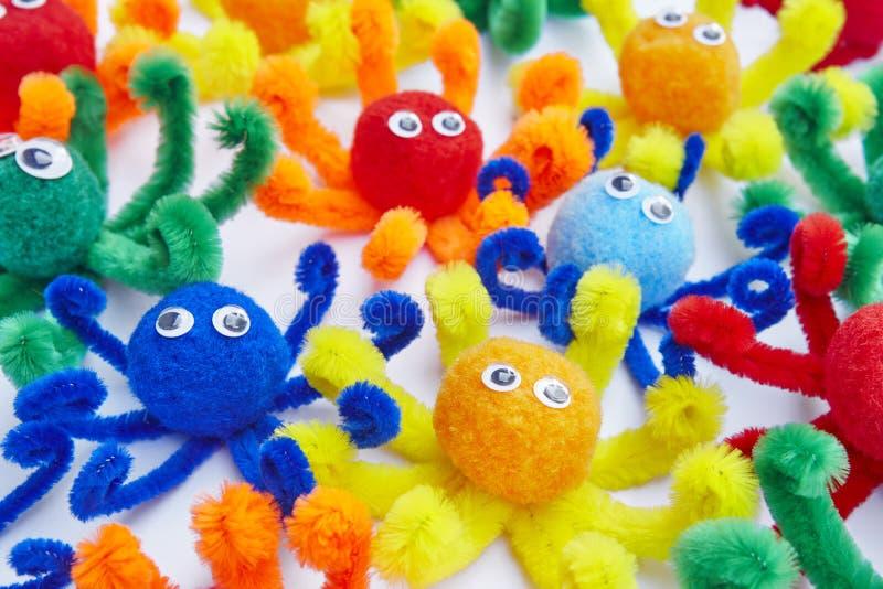 Wenig Krake färbte Spielwaren lokalisiert auf Weiß Tierspielwaren stockfoto