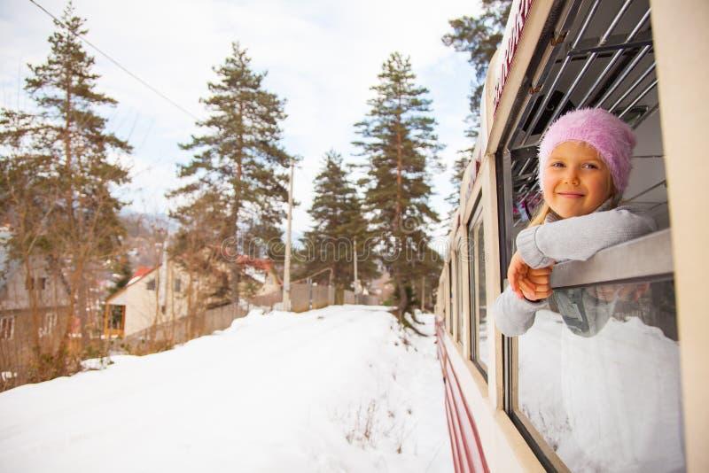 Wenig Mädchen, das durch alten Zug Kukushka in Georgia reist lizenzfreies stockbild