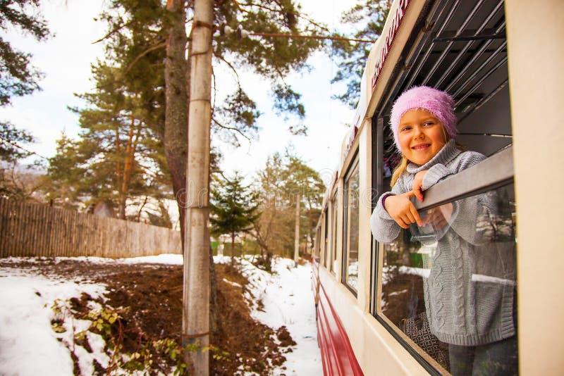 Wenig Mädchen, das durch alten Zug Kukushka in Georgia reist stockfoto