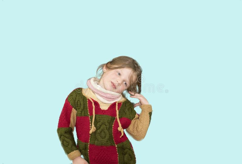 Wenig Mädchen auf buntem Hintergrund Kopieren Sie Platz Junges Mädchen trägt Strickjacke Weicher blauer Hintergrund stockfoto