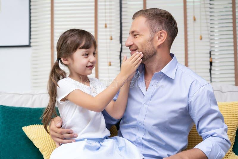 Wenig Mädchen berührt den Bart ihres Vaters Glücklicher Vater ` s Tag stockbilder