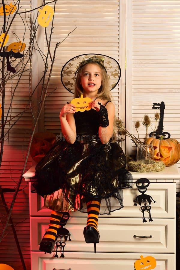 Wenig Mädchen bereit zu Halloween-Partei Wenig Mädchen im Hexenhut haben Spaß in der Kostümpartei Haben Sie ein schrecklich gespe stockfotos