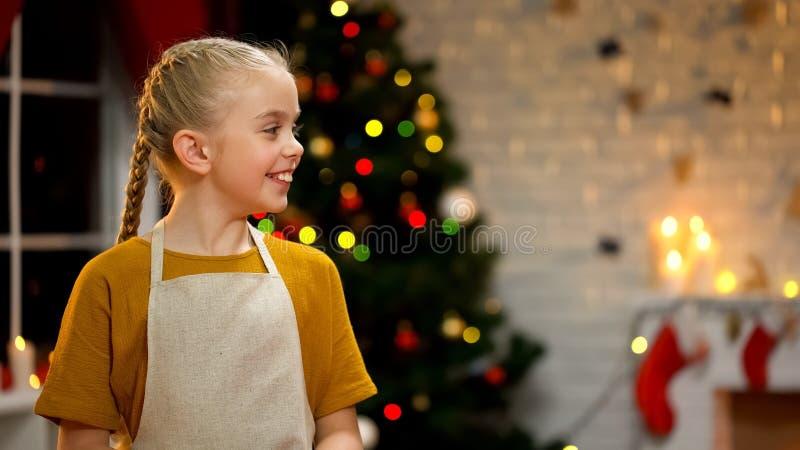 Wenig Mädchen, das Sankt, Vorbereitung vor Weihnachten, Erwartung des Wunders wartet stockbild