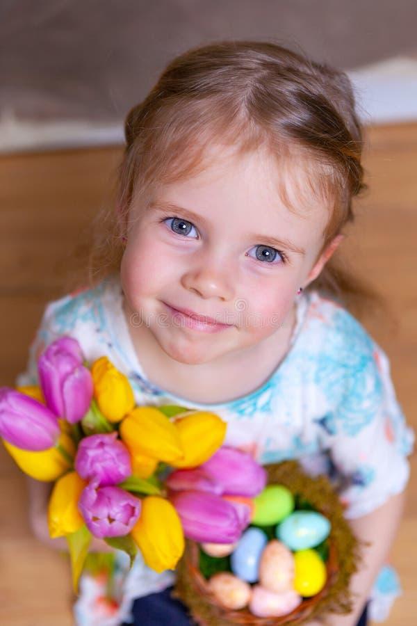 Wenig Mädchen, das Tulpen hält stockfotografie