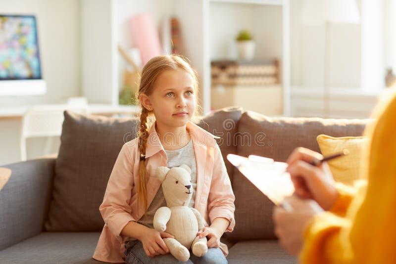 Wenig Mädchen in der Therapie-Sitzung stockfoto