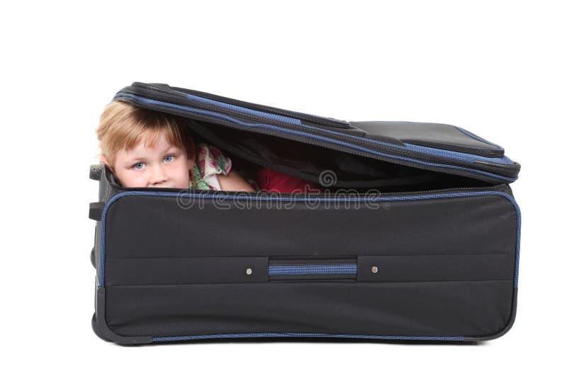 Wenig Mädchen des blonden Haares im Koffer lizenzfreie stockbilder