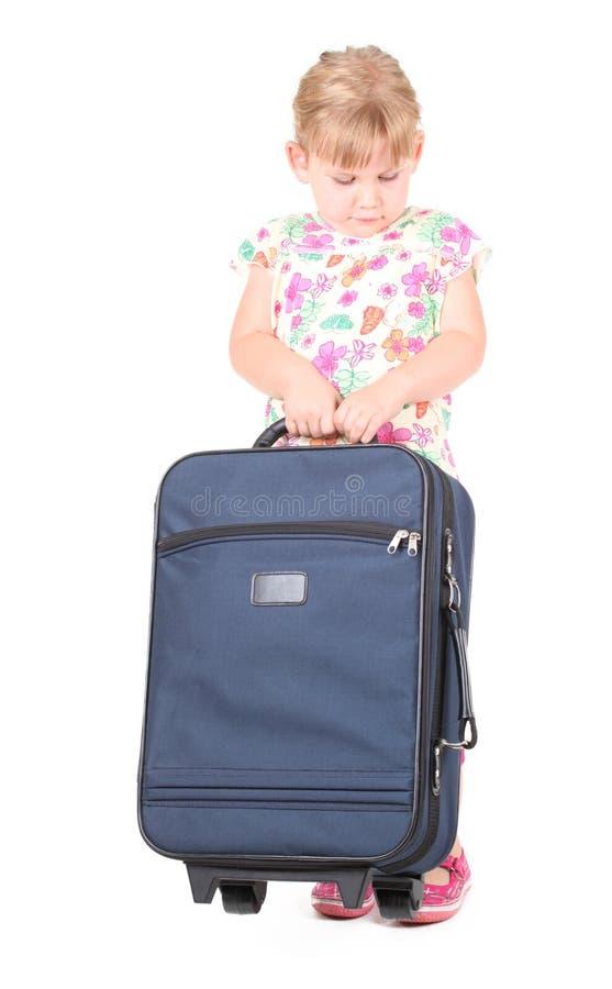 Wenig Mädchen des blonden Haares mit Koffer lizenzfreie stockfotografie