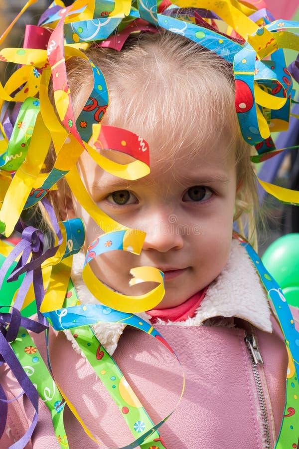 Wenig Mädchen am Karneval lizenzfreie stockfotos