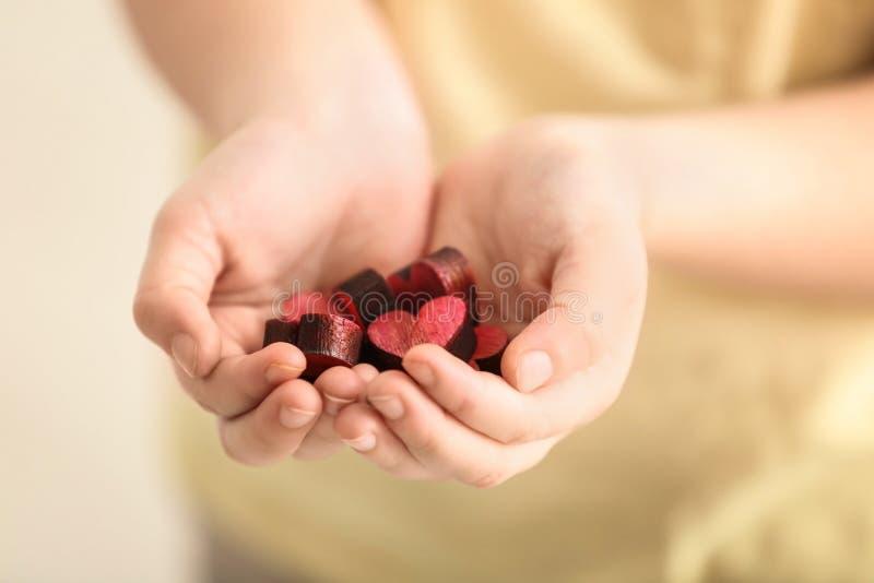 Wenig Mädchen mit Handvoll kleinen bunten Herzen, Nahaufnahme stockfotografie