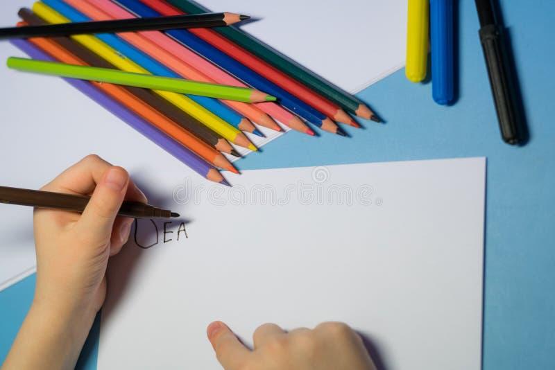 Wenig Mädchen schreibt einen Brief zu Sankt stockfotos