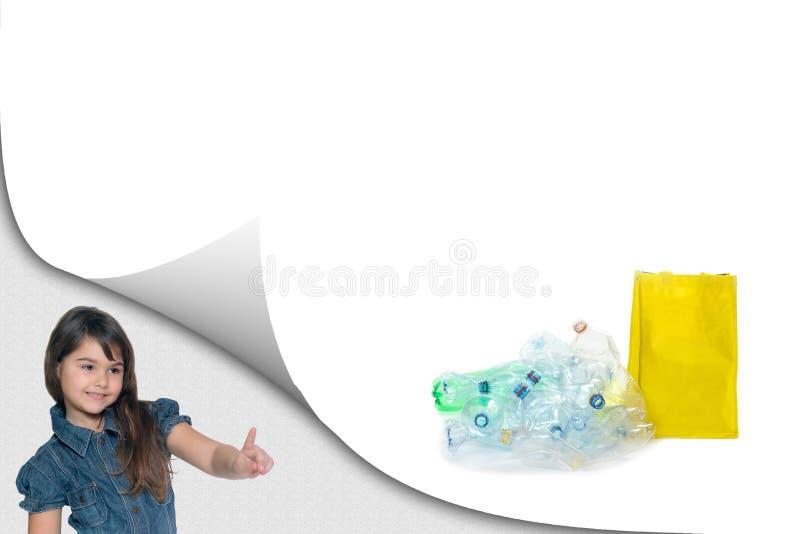 Wenig Mädchen zeigt einen Stapel von HAUSTIER-Flaschen stockfotos