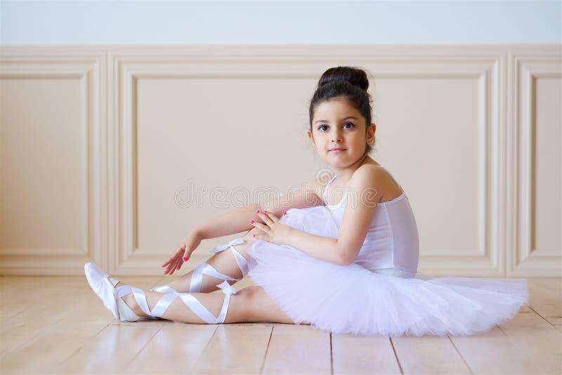 Wenig Mädchenballerina im weißen Ballettröckchen stockfoto