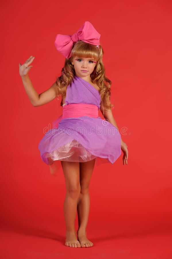 Wenig Mädchenblondine im Studio im Bild einer Puppe mit einem b lizenzfreies stockbild