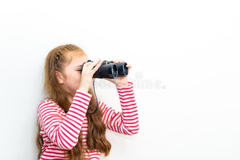 Wenig Mädchenforscher, der durch Ferngläser schaut lizenzfreie stockbilder