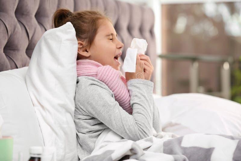 Wenig Mädchenleiden vom Husten und Kälte im Bett stockfoto