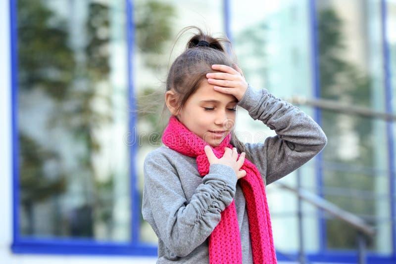 Wenig Mädchenleiden vom Husten und von den Kopfschmerzen stockbilder