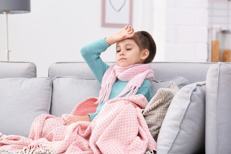 Wenig Mädchenleiden vom Husten und von den Kopfschmerzen stockfoto