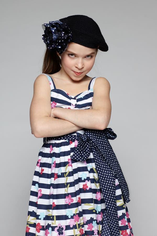 Kleines Mädchen schüchtern stockfotografie