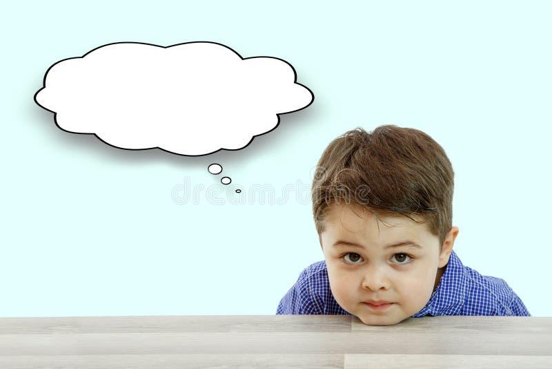 Wenig netter Junge und seine Fragen ?ber hellen Hintergrund stockbilder