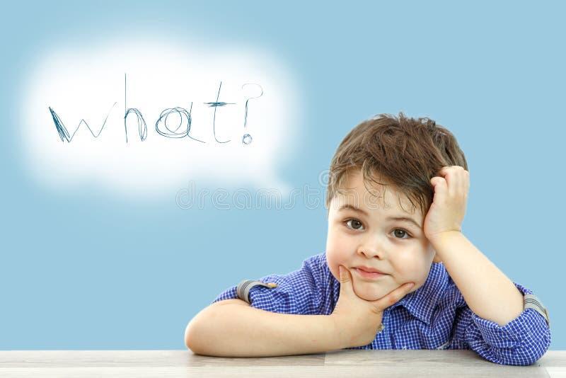 Wenig netter Junge und seine Wolke von Gedanken auf lokalisiertem Hintergrund lizenzfreie stockfotos