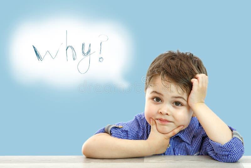 Wenig netter Junge und seine Wolke von Gedanken auf lokalisiertem Hintergrund stockfotografie