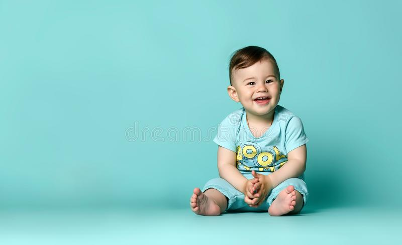 Wenig nettes Baby im blauen T-Shirt lokalisiert stockfotografie