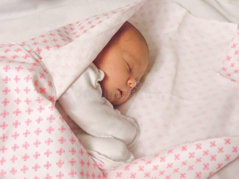Wenig neugeborenes Baby, das in einem süßen Schlaf schläft lizenzfreies stockbild