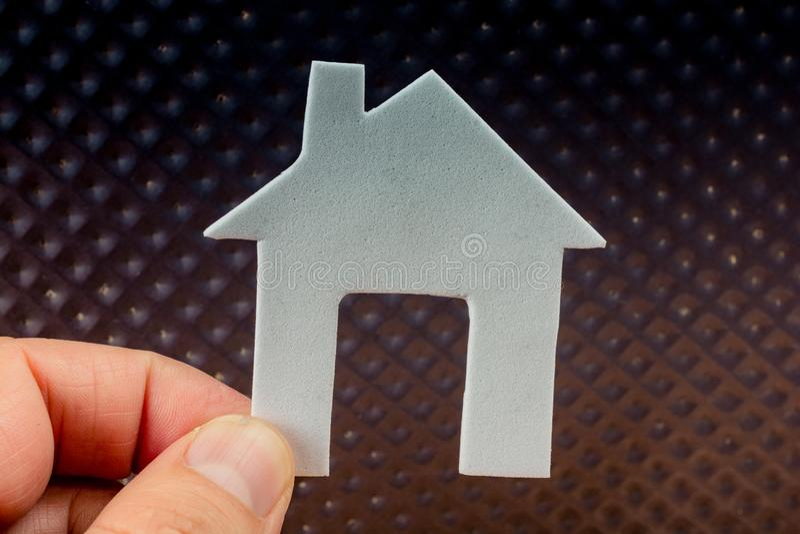 Wenig Papierhaus an auf Metallhintergrund stockbild