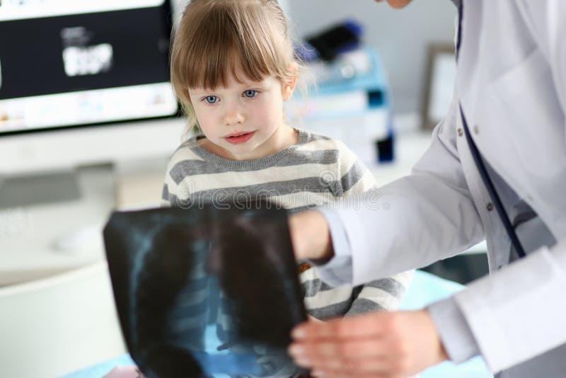 Wenig Patient, der Röntgenprüfung hat lizenzfreie stockbilder