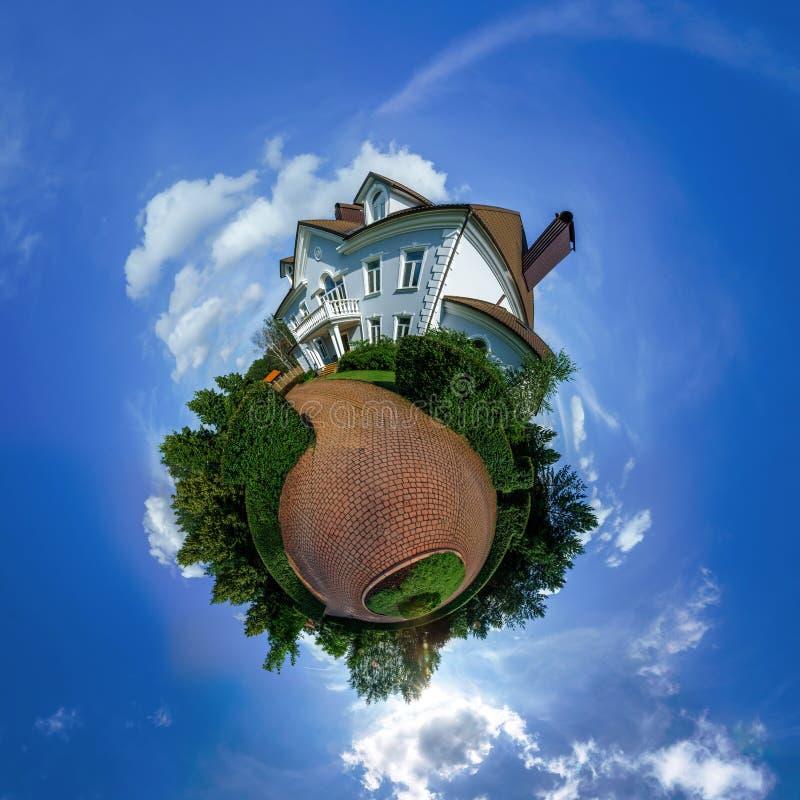 Wenig Planetenansicht des schönen Hauses lizenzfreies stockfoto