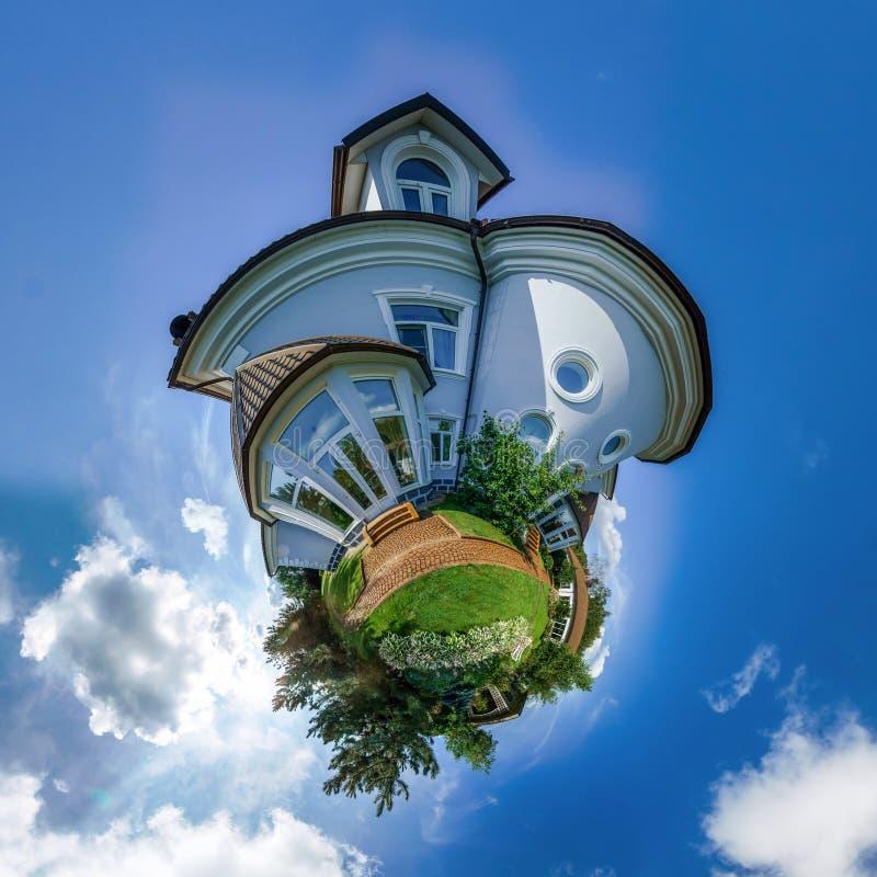 Wenig Planetenansicht des schönen Hauses lizenzfreie stockfotos
