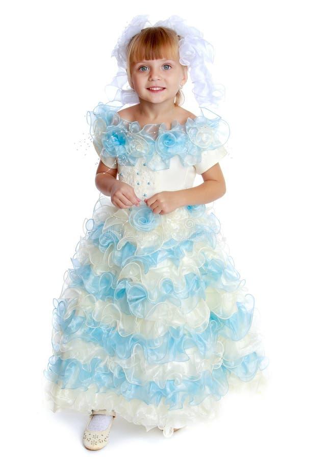 Wenig Prinzessin in einem langen Kleid stockfoto
