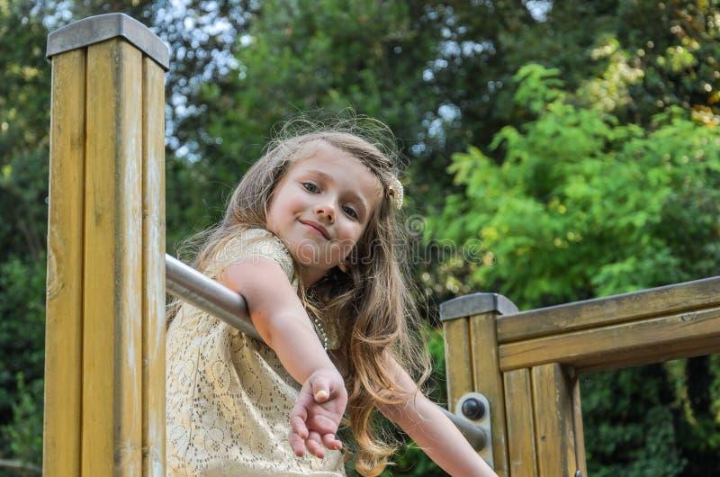 Wenig reizend glückliches Baby im Spielplatz stockbilder