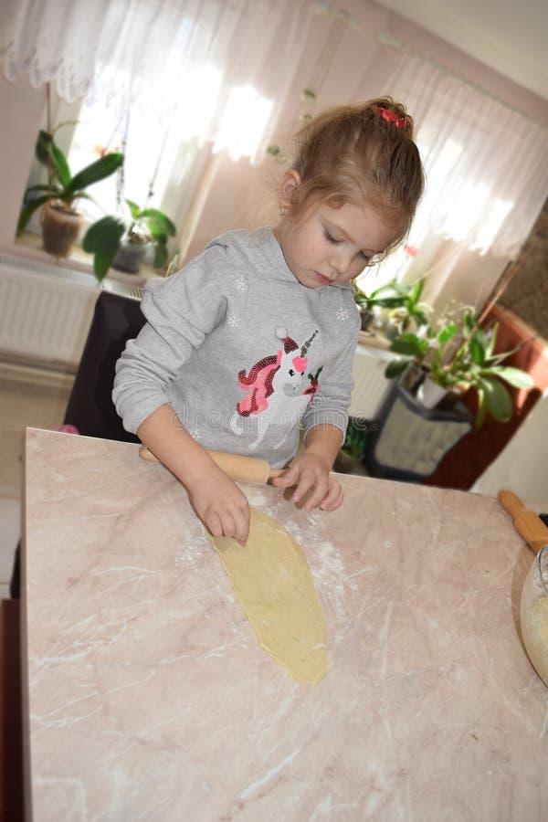 Wenig rollender Teig des Mädchens in der Küche 4 Jahre alt stockbild