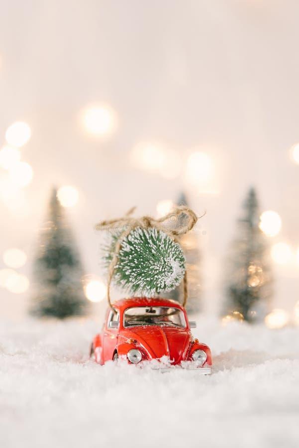 Wenig rotes Autospielzeug tragender Weihnachtsbaum lizenzfreie stockfotos