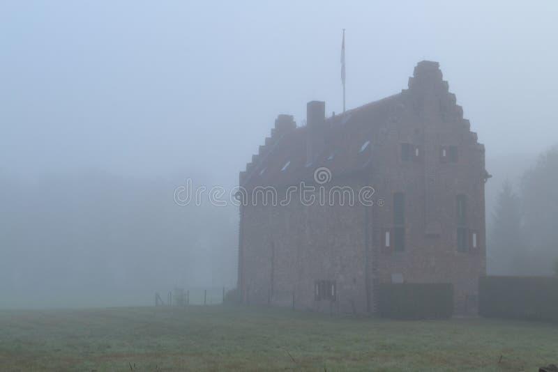 Wenig Schloss an einem nebelhaften Tag lizenzfreie stockfotografie