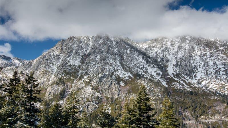 Wenig Schnee in den Bergen von Lake Tahoe stockbilder