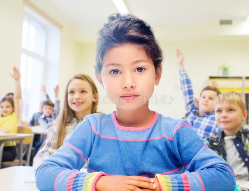 Wenig Schulmädchen über Klassenzimmerhintergrund stockfotografie